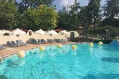 Γεμιστά μπαλόνια σε πισίνα